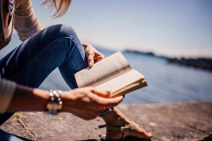 EN GOD BOG: Noget af det bedste ved ferie er, at man kan trække stikket ud. Vi elsker de dage, hvor man ikke behøver at tjekke arbejdsmailen eller altid have mobiltelefonen ladet op, hvis nu der var nogen, der skulle have fat i en. De dage, hvor man bare kan være sig selv – og gøre lige dét - man har lyst til. Gode bøger gør #ferien endnu bedre. #rejser #ferie #bøger
