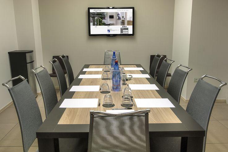 """sala meeting per riunioni operative, colloqui e selezione materiali e prodotti: 10 posti, tavolo rettangolare inamovibile, monitor 42"""" interfacciabile con pc, wi-fi free con codici di accesso, climatizzazione/riscaldamento/ricambio d'aria gestibili e regolabili autonomamente."""