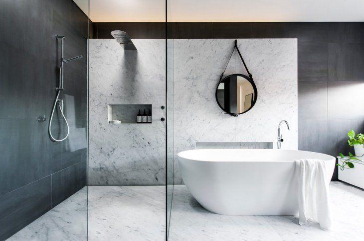 Bagno moderno ed elegante con una grande cura del dettaglio. Vasca e zona doccia sono di grandi dimensioni