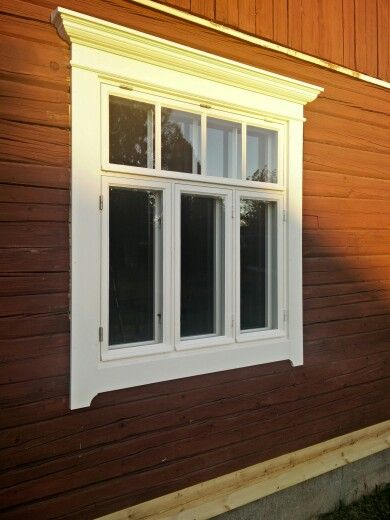 Fönster i gammaldags stil, linojlekittade och äkta linoljefärg. In och utgående fönsterbågar med enkla glas.
