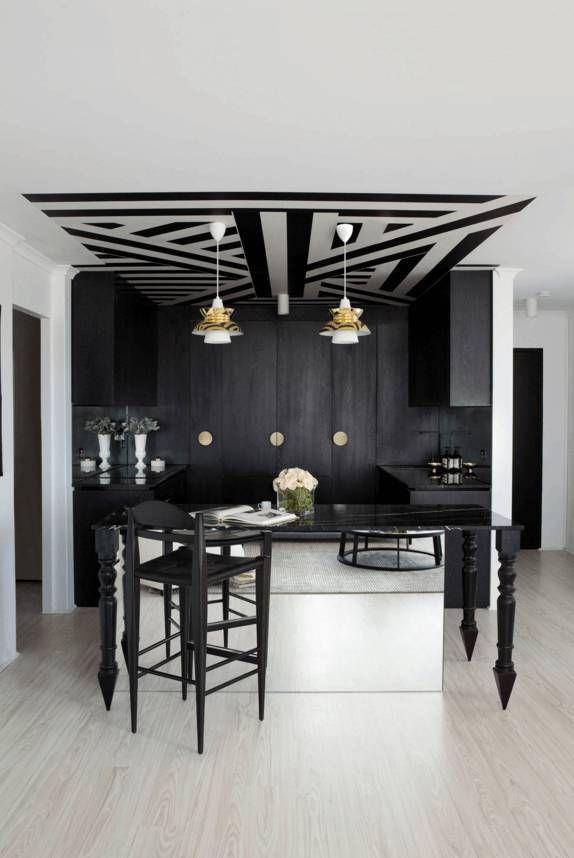 Потолок с линейным орнаментом