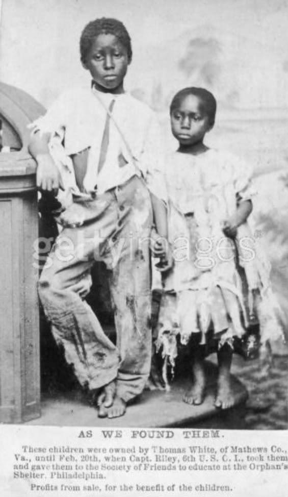 """1864: Portrait en pied d'un frère afro-américain et d'une soeur, anciens esclaves, se tenant la main et portant leurs vêtements déchirés. Ils appartenaient à Thomas White of Mathews Co., Virginia(Virginie), il les a livré avec agacement à la """"Société d'Amis pour l'Instruction"""" à l'Abri de l'Orphelin, Philadelphie. (Photo par P. F. Le tonnelier/George Eastman House/Getty Reflète)"""