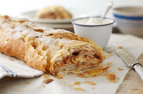 Штрудель – это традиционный австрийский десерт, который готовится из тонкого теста в оригинале с яблочной начинкой. Для разнообразия заменим яблоки на груши и миндаль!