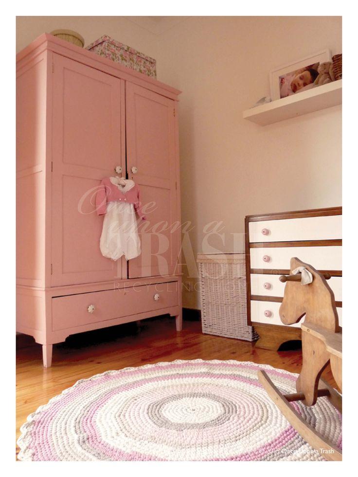 QUARTO DE BEBÉ CASCAIS * By Once Upon a Trash Armário antigo pintado a cor de rosa pálido; Tapete em crochet de algodão feito à mão, em tons de cor de rosa, bege e branco; Cavalinho em madeira antigo.