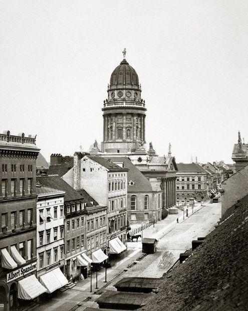 Diese Aufnahme der Jägerstraße mit dem Französischen Dom von F. A. Schwartz ist 1865 entstanden. © courtesy Schirmer/Mosel