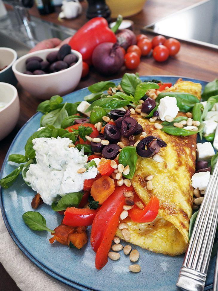 Græsk omelet med feta, pinjekerner og tzatziki er en lækker og mættende ret som passer perfekt til både morgenmad, frokost og aftensmad - få opskrift