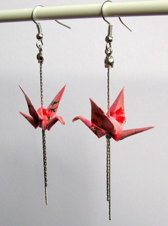 Boucles d'oreille origami - grue rose irisée aux fleurs rouges sur chaînettes argentées