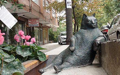 Tombili kedi heykelinin Ziverbey Caddesi Müjdat Gezen Sanat Merkezi'ne gelmeden önce BP akaryakıt istasyonu karşısında bulanan Güleç Çıkmazı'nın girişinde solda kasabın basamağında ünlü oturuşuyla sevenleri tarafından sürekli olarak selfisi çekiliyor.