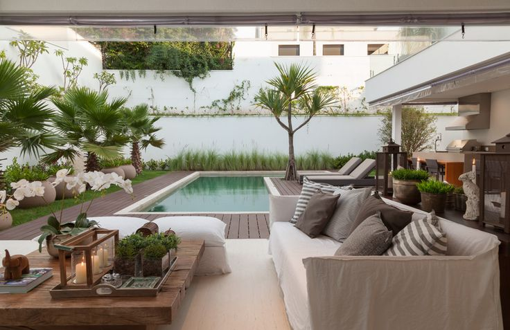 I'm daydreaming of spaces to soak in the sun... and this pool and patio look like the perfect place to relax and enjoy the warm weather! /ES: