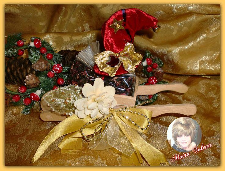 Confezione di infuso adornato da un Cappellino portafortuna natalizio. https://www.facebook.com/LeBamboleDiMoiraSolena/