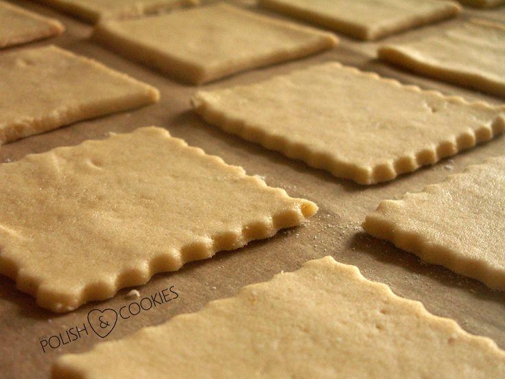 Jest to klasyczny przepis na cukrowe ciasteczka. Wykonuje się je w ekspresowym tempie, są przepyszne, kruche, słodkie i wręcz rozpływają się w ustach. Szybko się pieką, nie rosną zbyt duże dzięki zredukowanej ilości sody i bardzo wygodnie się je dekoruje. Osobiście lubię upiec od razu większą ilość w różnych kształtach i dekorować w wolnej chwili,…
