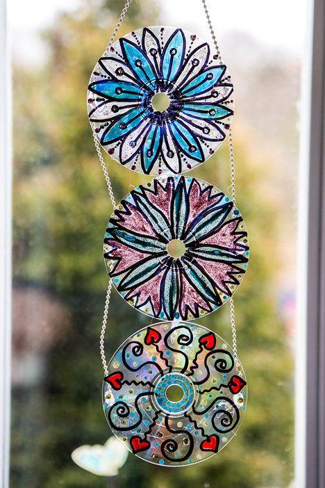 Pokud pomalovaná cédéčka pověsíte například na zahradě do větví, můžete na nich ponechat kousky stříbrné vrstvy a poslouží i jako elegantní plašička na ptáky; Jakub Jurdič