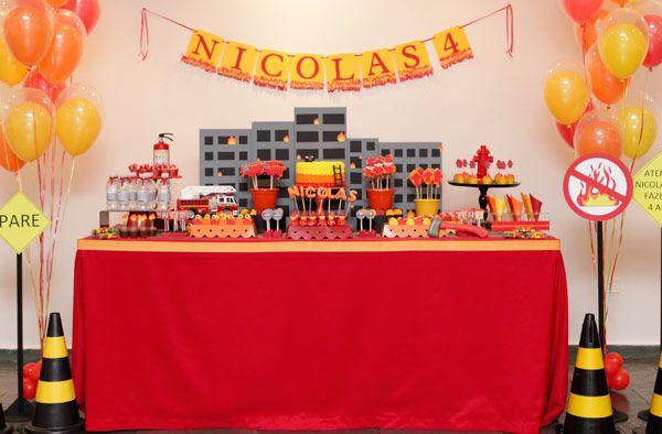 Como o Nicolas é fã dos bombeiros, não teve dúvida ao escolher o tema de seu quarto aniversário! A partir disso, aCaraminholandoproduziu uma decoração li