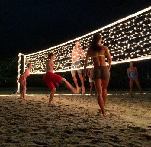Genial para tu fiestas de verano. Una red de Volley decorada con tiras de leds!