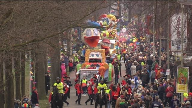 Ter apel Carnaval Video: praalwagens, muziek en bier  20.000 bezoekers als het niet meer was! Zelfs file om er naar toe tegaan ……… haha en het noorden des land kunnen ze er ook wel wat van traAla Alaaf