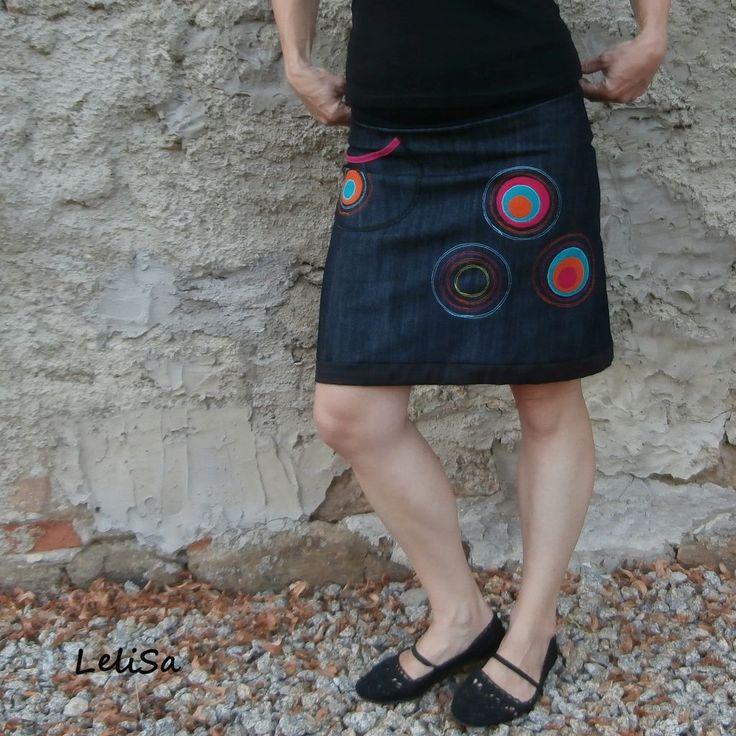 ..balón-áčka riflová..od Lelisy Sukně je ušita z novinkové modročerné džínoviny, pas je všit do úpletu, délka sukně je všitá do tunýlku, díky němuž lze sukni nosit dle nálady buď jako áčkovou nebo lehce balonovou. Na předním je jedna kapsa, aplikace na předním a zadním díle. Riflovina je novinkou pro rok 2015, elastická, barva hodně tmavá modrá až do ...