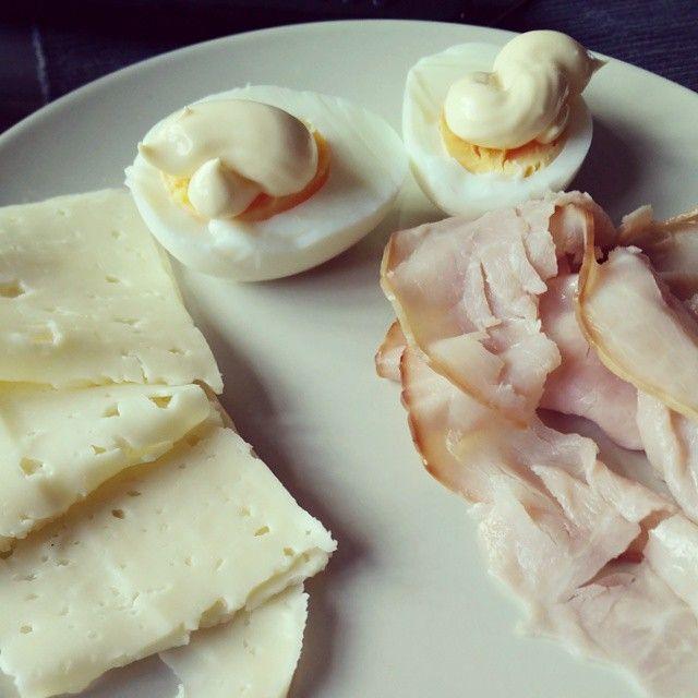 Eggs with mayo cheese and ham. This will also be my third day of #yoga trying to reduce my joint pain. #lchf #lowcarb #lowcarbhighfat #highfat #lågkolhydratskost #lågkolhydratkost #lc #glutenfree #sugarfree #sockerberoende #nevergiveup #fitness #lchftjejer #minresaräknas #keto #striktlchf #diabetes #öppendiabetes #lavkarbo #healthy #food #glutenfri #sockerfri #weightloss #instafood #viktresa #viktnedgång #like4like by lchf_soff