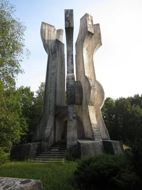 « Memorial 'Sisak' Partisan Detachment» à Sisak en Croatie  http://en.tracesofwar.com/article/25752/Memorial-Sisak-Partisan-Detachment.htm