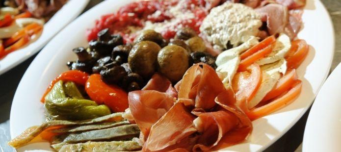 Samen dineren met uw gasten of collega's? Wat dacht u van een #warm/koud buffet met #antipasti schotel.