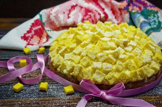 Итальянский торт «Мимоза»  Милых дам поздравляют с весенним праздником 8 марта не только у нас, праздник достаточно широко отмечают в Италии. Там даже придумали торт «Мимоза» специально к международному женскому дню. Готовый торт получается очень вкусным, сочным и похожим на первые весенние мимозы.
