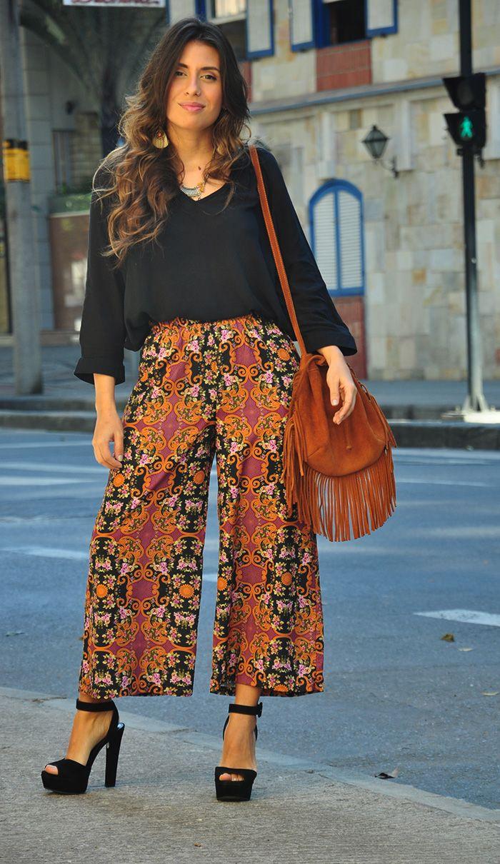 """""""A pantacourt é definitivamente um tipo de calça bem marcante, confortável, prática e, por ser uma modelagem diferente, combina super bem com peças clássicas, como uma camisa preta básica. Os acessórios completaram o visual hippie-chic da produção, deixando uma aura mais sofisticada no look."""""""