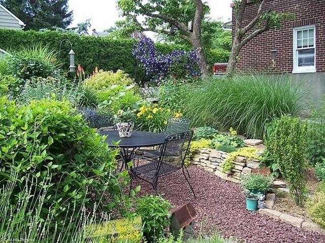 tiny backyard landscaping     http://www.fencecafe.com