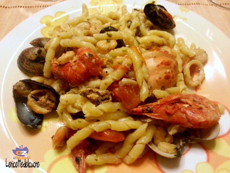 Pasta allo scoglio, le ricette del cuore, ricetta, pasta con i frutti di mare, frutti di mare, gamberetti, vongole, cozze, calamari, pomodorini, facile, ricette facili, primo, primi di pesce