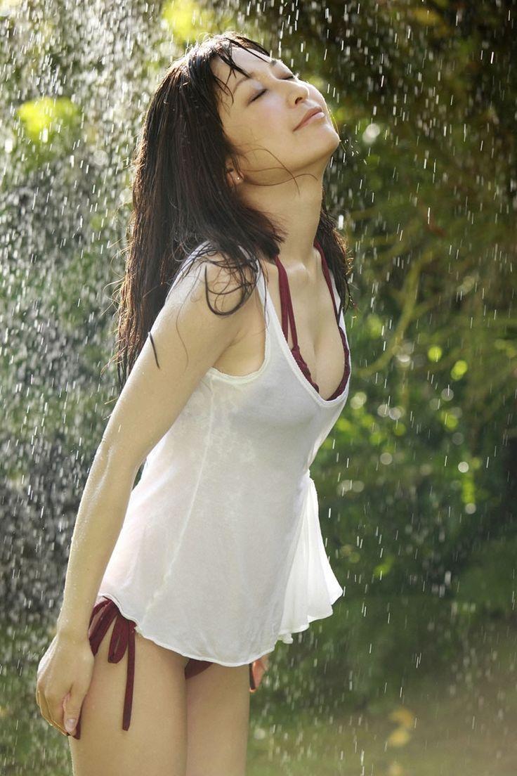 水浴びをする小野真弓