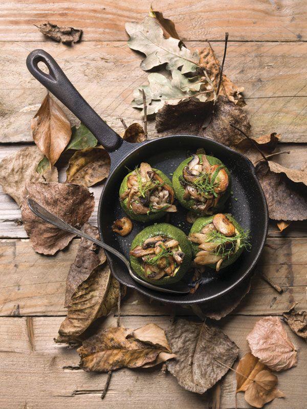 1. Verwarm de oven voor op 175°C. 2. Overgiet het eekhoorntjesbrood met 50 cl kokend water en laat 15 minuten rusten. 3. Snij de hoedjes van de courgettes en hol ze uit. Schik ze in een ovenschaal. Kruid met peper en zout. 4. Reinig alle champignons.