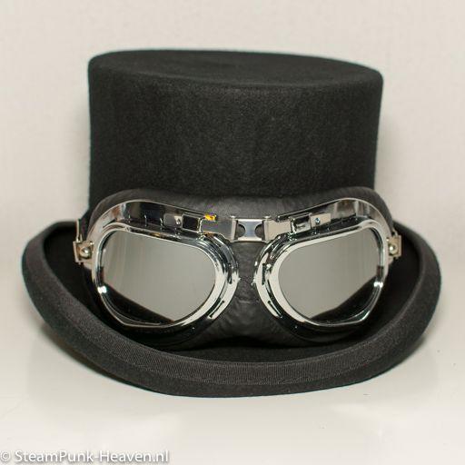 Steampunk piloten goggles 2, kleur zwart en zilver hebben een ABS frame. De lenzen zijn anti-kras in grijze kleur. Met verstelbaar elastiekband.