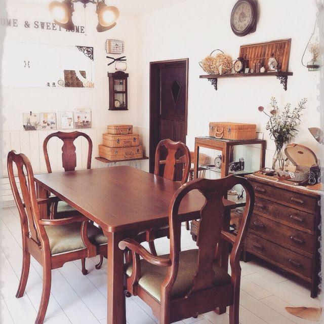 mocoさんの、古物雑貨,ケヤキ100%オーダーテーブル,猫脚肘掛け付き椅子,アイアンランプシェード,フランス製の古いチェスト,部屋全体,のお部屋写真