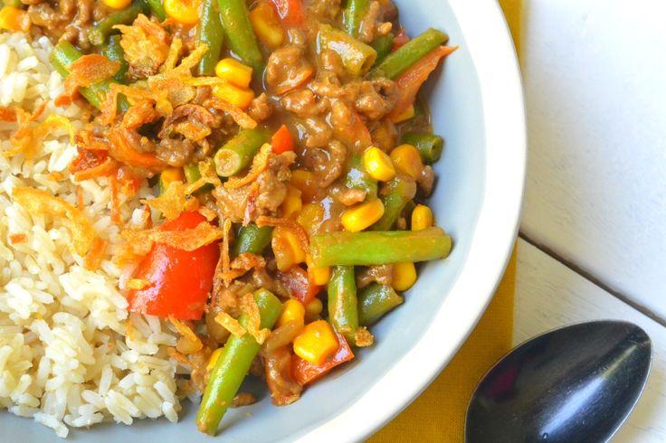 Een simpel Indisch geïnspireerd gerecht met groenten, gehakt en een saus gemaakt van pindakaas. Een comfort food gerecht voor na een dag hard werken.