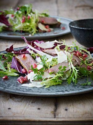 Salat med granatæble, stegt andebryst, parmesan, valnødder og persille