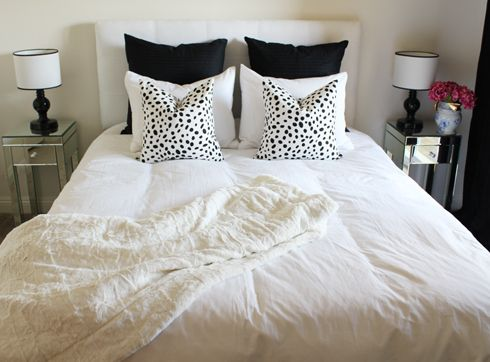 Black and whiteGuest Room, White Beds With Black Pillows, Guest Bedrooms, Black And White, White Decor, Black White, White Bedrooms, Throw Pillows, Bedrooms Inspiration