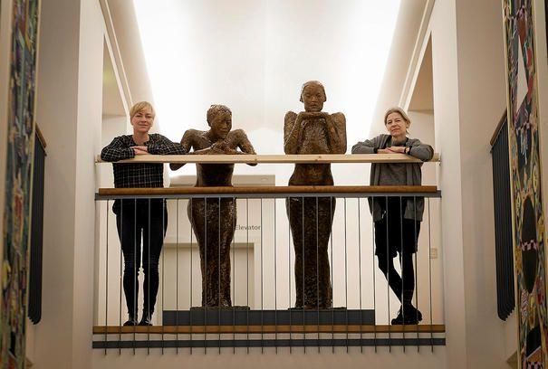 Skulpturen »Pigerne fra Paris« er rykket ind på KØS, der har erhvervet sig modellen til værket, der er kendt fra lufthavnen. Det er museumsdirektør Christine Buhl Andersen og museumsinspektør Lene Bøgh Rønberg, der flankerer pigerne.Foto: Thomas Olsen