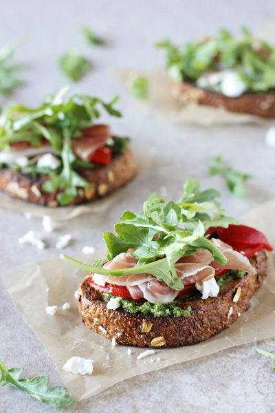 A quick and easy 15-minute recipe for arugula, prosciutto and goat cheese open-faced sandwich. With a homemade arugula pesto. @cmcashley