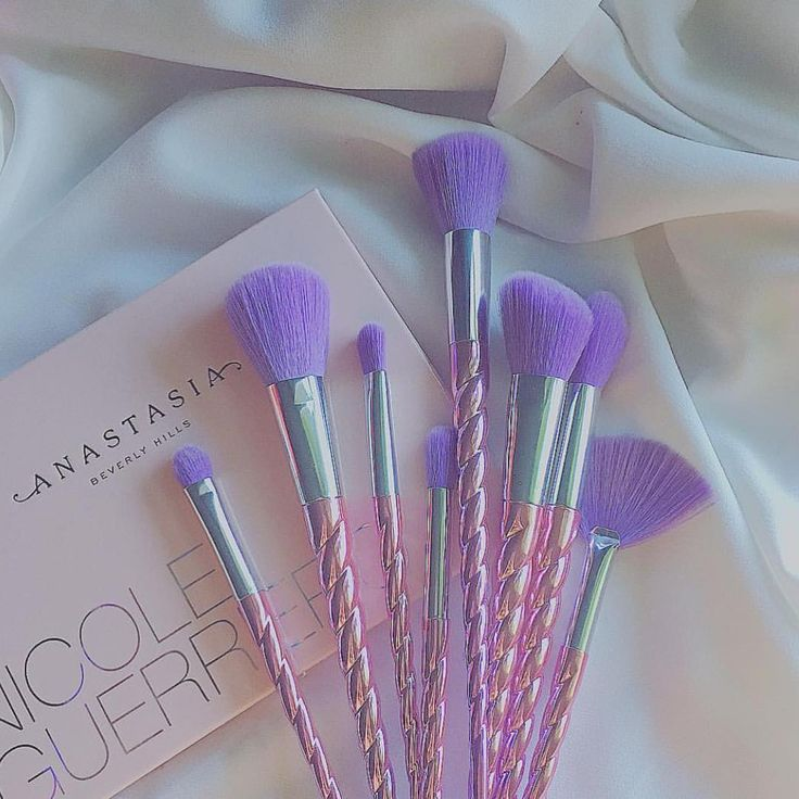 Free Shipping Thru 5/8 (Ships to US only) Who says unicorns are only a myth? Get the ultimate unicorn brush kit with this 8 piece set, featuring beautiful purple and pink ombre horn handles with soft