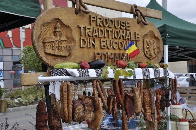 """Pînă duminică, 6 octombrie, aproximativ 40 de producători şi procesatori participă la Tîrgul de Acasă """"Produs în Bucovina"""". Evenimentul are loc în parcarea """"Iulius Mall"""" Suceava. De asemenea, sînt prezenţi meşteri populari şi este organizat un tîrg de animale. Pe parcursul tîrgului sînt programate spectacole folclorice în care vor evolua grupuri din judeţ şi Ansamblul Artistic """"Ciprian Porumbescu""""."""