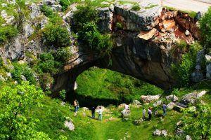 podul-lui-dumnezeu (Podul Natural de la Ponoarele) este unicul pasaj natural rutier funcțional la nivel național, traversat de DJ 670 Baia de Aramă-Drobeta Turnu-Severin