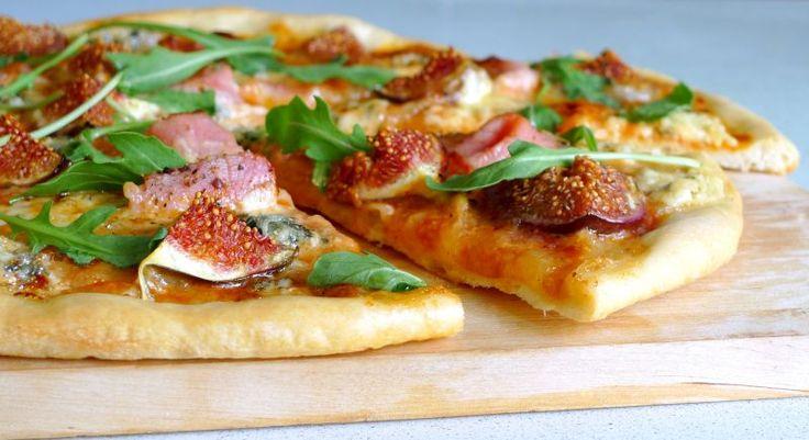 Пицца с инжиром, прошутто и моцареллой