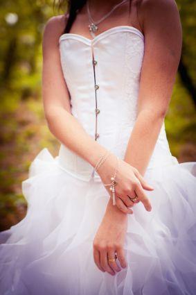 Robe de mariée satin et dentelle blanche, corset victorien, jupe en vague d'organza, laçage dos