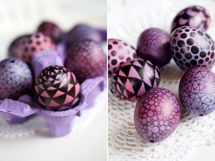 Ausgefallene Ostereier: Pink-lila Ombre-Ostereier mit geometrischen Mustern