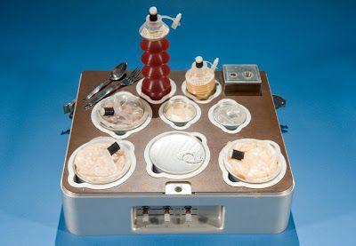 El laboratorio de comida espacial de la NASA, conocido como SFSL por sus siglas en inglés (Space Food Systems Laboratory) es el responsable en proveerles a los astronautas alimentos que suplan sus necesidades tanto psicológicas como fisiológicas mientras se encuentren en alguna misión.