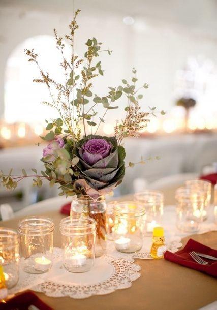 Jolies fleurs dans des bocaux en verre pour un mariage rustique