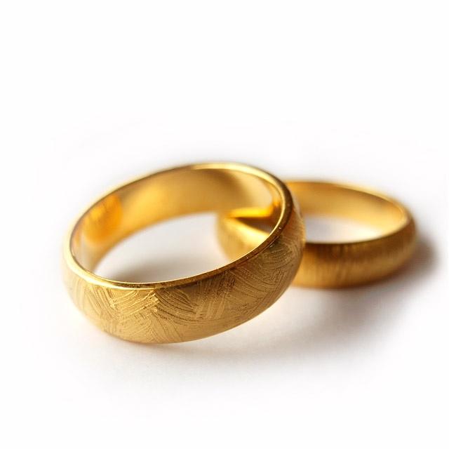 Obrączki ze złota próby 750. Klasyczny kształt, na powierzchni ręcznie naniesiony satynowy, delikatny wzór. Projekt: Jan Suchodolski