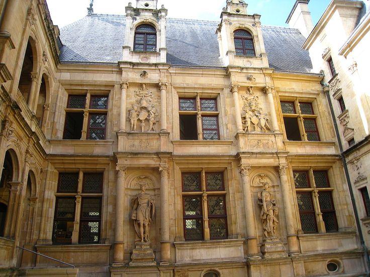 Hôtel d'Escoville, Caen (RENAISSANCE FR : Travée type des châteaux de la Loire: travée de pilastres superposés. Sur cette façadeparti pris exceptionnel, lucarnes pas au dessus des fenêtres, mais au dessus des travées)