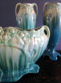 Fantastische Faience de Thulin Art Deco kaststel/schouwset in fantastisch groen-turkoois druipglazuurArt nouveau jaren 1900-1920 BelgiëEen prachtig kaststel versierd met bloemen in reliëf, druipglazuur.De set is gemerkt met 2071 op beide vazen en op de jardinière.Faience de Thulin brengt in de hoogtijdagen keramiek met mooie warme kleuren en fraai glazuur op de markt .Deze prachtige florale set in eveneens prachtige kleuren is in onberispelijke staat!Hoogte v...
