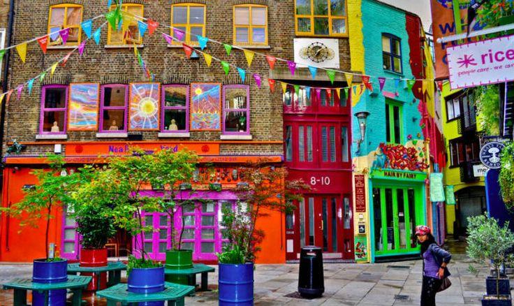 Scopri la caratteristica Neal's Yard, piazza colorata nelle vicinanze di Covent Garden a Londra. Informazioni su come raggiungere la piazza e foto.