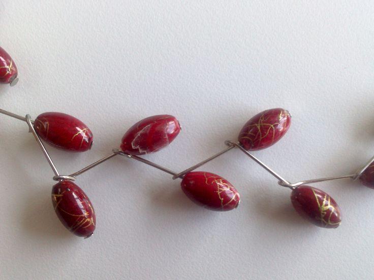 Detail rood met gouden ketting