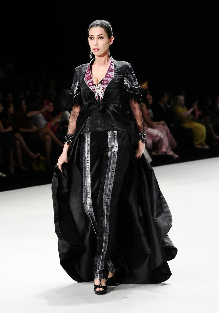 http://www.zimbio.com/pictures/XekggnDd7rY/Indonesia Fashion Week 2014/1ZA9bRUTRc5